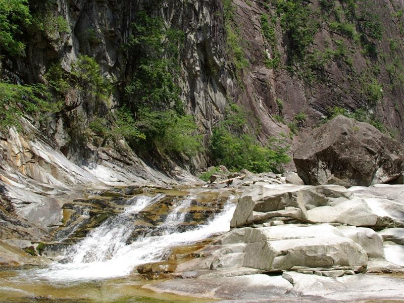 西日本最高峰の石鎚山 四国山脈からの清冽な伏流水