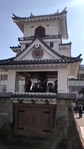 「球磨焼酎蔵めぐり」と「日本遺産人吉・球磨満喫」ツアー 人吉駅前のからくり時計作動風景