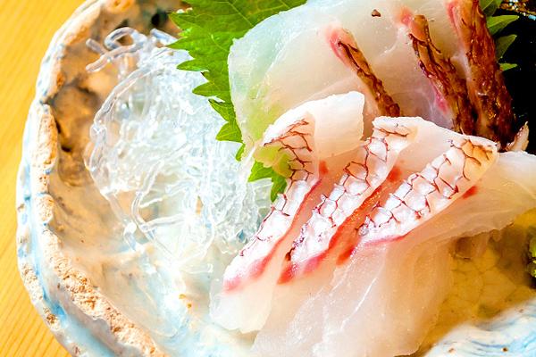フルーティなお酒に合う料理としては、白身魚の刺身や酒蒸し